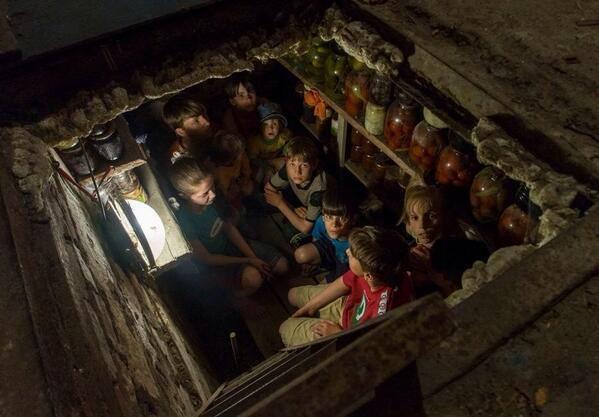 Una delle celebri foto di Andrea Rocchelli: bambini di Slavijansk trovano riparo dai bombardamenti ucraini